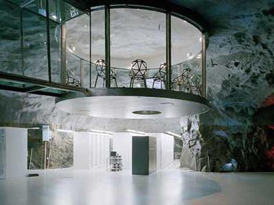 7. Бункер «Белая Гора», Стокгольм, Швеция Данный бункер предусматривался, как убежище на случай ядерной войны. Сегодня в нем располагается офис одного из интернет-провайдеров, в котором есть зал для конференций и даже водопад.