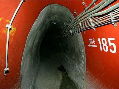 3. Бункер для членов правительства ФРГ, Германия Найти это бомбоубежище весьма непросто, ведь оно расположено под обширными виноградниками возле реки Ар. С 1997 года бункер находится в заброшенном состоянии по причине того, что расходы на его техническое содержание слишком велики.