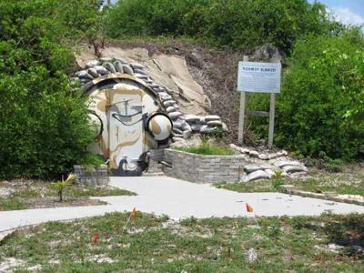 2. Бункер Кеннеди, штат Флорида, США До 1974 года правительство США скрывало этот объект от населения, а особо любопытным сообщали, что это - склад боеприпасов. Постепенно об убежище забыли, но в 1999 году руководство одного из местных музеев арендовало бункер для экскурсий.