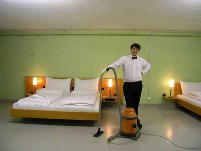 10. Отель 0 звезд, Швейцария Бывший атомный бункер трансформировался в отель, который рассчитан на 54 постояльца. Особых удобств в нем нет, как и отдельных комнат. Но клиенты, привлеченные низкими ценами, бронируют койки за месяц вперед. Примечательно также, что за 24 часа отель опять может стать атомным бункером. /По материалам fedpost.ru/