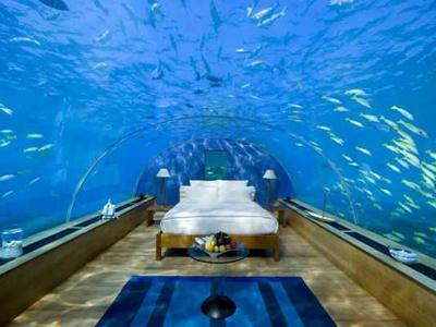 8. Подводный номер для молодоженов, Мальдивы Если все, что находится на поверхности земли, будет разрушено, то можно укрыться под водой. На этот случай в Индийском океане на глубине 5 метров есть подводный номер, в стоимость которого входит бесплатное шампанское.
