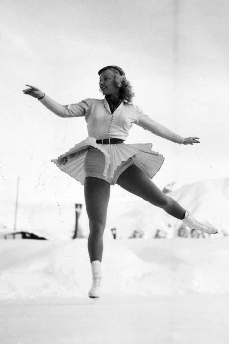 1948  И снова изменения налицо: юбка стала еще короче, а джемпер сменила рубашка на пуговицах.