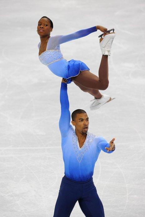 2010  Тем временем Международный союз конькобежцев установил новый регламент касательно костюмов для выступлений, отметив, что они не должны быть излишне китчевыми и театральными, но тем не менее могут отражать характер выбранной музыки. Но, как можно заметить по фото, ограничение довольно условное и не мешает спортсменам подбирать подходящие образы.