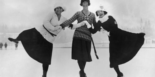 1924  Длинные юбки, свитеры, перчатки и шляпки - так одевались фигуристки в 20-е годы. А именно это фото сделано во время первых Зимних Олимпийских игр в 1924 году!