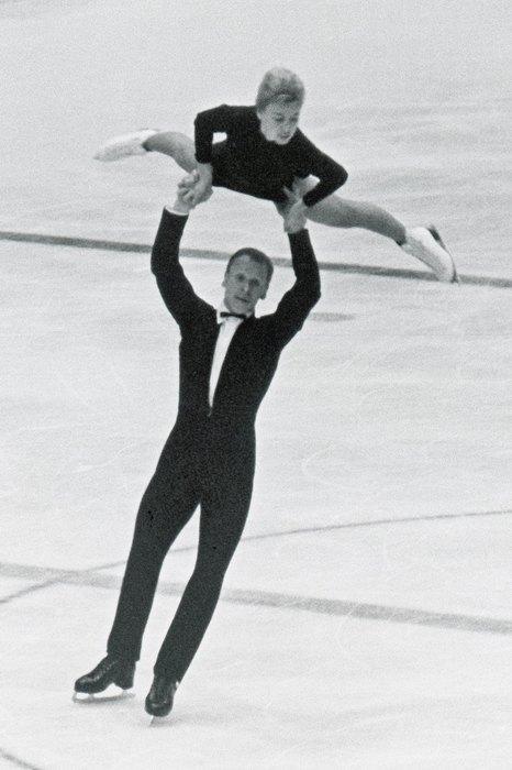 1964  Костюм фигуристок наконец-то стал слитным (и максимально удобным для выполнения различных элементов), но гамма пока не радует разнообразием — все спортсменки выступают в строгих черно-белых нарядах.
