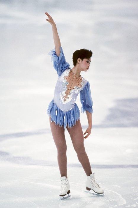 1994  До 90-х костюмы с коротким рукавом не допускались — олимпийская чемпионка Чэнь Лу стала одной из первых фигуристок, решивших «укоротить» регламентированную длину.