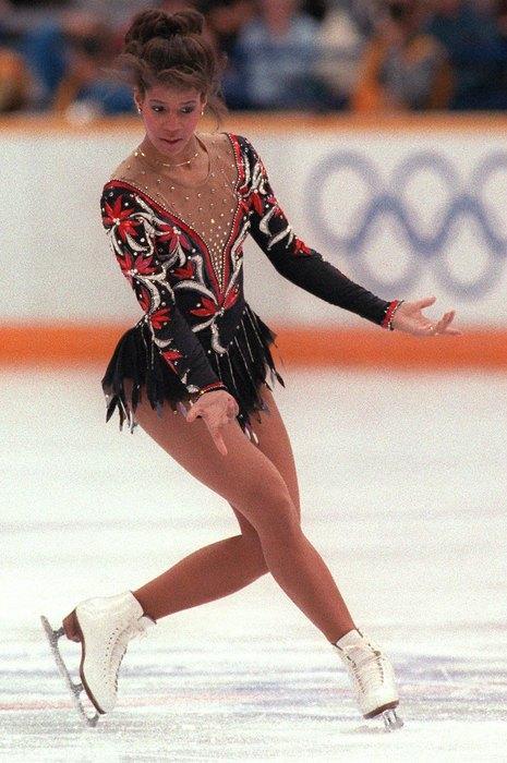 1988  Стразы, прозрачные вставки, контрастные цвета - в 80-х костюм становится полноценным и важным