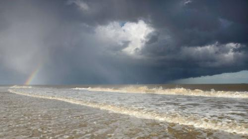 ����� � ������ ��� ����� (James Bailey, under-16: Hailstorm and rainbow over the seas of Covehithe):