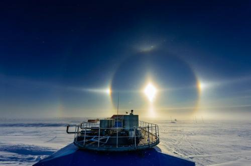 Солнце в ореоле (Michal Krzysztofowicz: Sun halo over Halley):