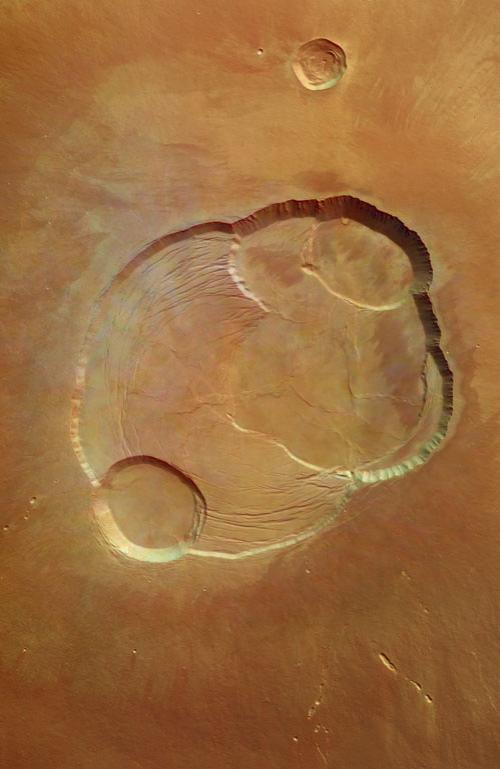 Энтузиасты утверждают, что именно так - смутно - и должны выглядеть древние развалины. Впрочем, сиротливый дом, стоящий посреди марсианской пустыни.Не маловато ли для следов разумной жизни? Но, оказывается, есть и другие. В одном из безымянных кратеров исследователи углядели руины целого архитектурного ансамбля...