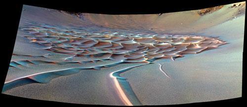 """На снимках 1998 и 2001 годов """"Сфинкс"""" выглядел сильно подпорченным. Но в 2006 году новые фото европейского аппарата """"Марс экспресс"""" вернули таинственнной горе человеческие черты. Ну почти. Рядом нашлась не менее впечатляющая гора, удивительно похожая на человеческий череп."""