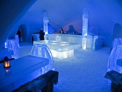Hôtel de Glace, Канада Каждую зиму, начиная с 2001 года, в канадской деревне близ Квебека собирают 500 тонн льда и 15 тонн снега. Эти «строительные материалы» нужны для сооружения ледяного отеля Hôtel de Glace - главной достопримечательности деревни.