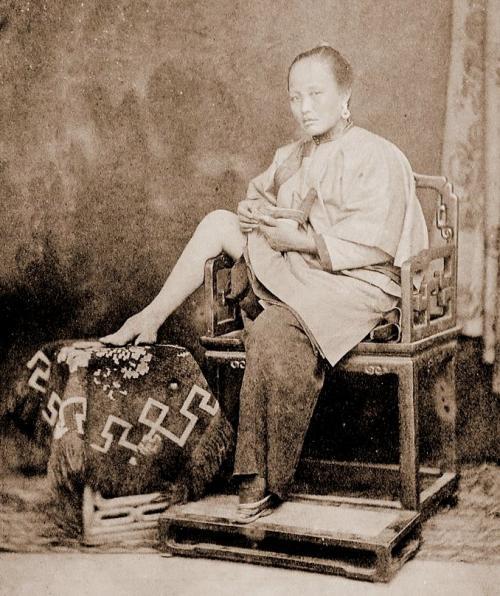 Китайские традиции  Бинтование ног в Китае изредка встречается до сих пор! Некогда сформировавшееся представление об идеальной женской стопе — точная дата неизвестна,но большинство историков склоняются к возникновению этой традиции в ХIII веке — привело к тому, что 5-летним девочкам туго бинтовали стопы, чтобы нога не увеличивалась в размере. Это приводило к ужасной деформации костей и суставов, многие утрачивали возможность ходить в принципе. Но красота и — как следствие — возможность удачно выйти замуж были важнее.