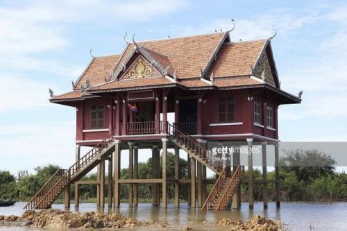 3. Дома на сваях (Камбоджа, Юго-Восточная Азия) В Юго-Восточной Азии очень дождливый климат, и поэтому местные жители начали создавать в этом регионе целые коммуны из домов на сваях. Жилища строятся на специальных деревянных опорах специально, чтобы владельцы и их имущество не пострадали от частых наводнений и потопов. Вдобавок дома поднимают на такую высоту, на которой находится лучше всего с точки зрения защиты от змей и вредоносных насекомых. Крыши этих зданий делаются в форме пирамиды, чтобы дождевая вода беспрепятственно стекала по их плоскостям, а не скапливалась и не затапливала внутренние комнаты сквозь потолок. Чаще всего дома на сваях можно встретить именно в странах Юго-Восточной Азии, но в западном полушарии в таких конструкциях нуждаются не меньше, ведь некоторые прибрежные регионы там постоянно страдают от разрушительных ураганов. Считается, что впервые дома на сваях на Западе начали строить коренные племена индейцев.