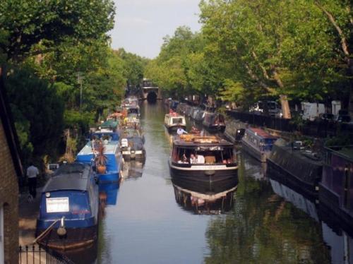 11. Лодки (Лондон, Великобритания)Как и почти во всем остальном мире, большинство лондонских горожан живут в домах, построенных на земле. Однако некоторые англичане решили, что постоянное плавание по каналам на компактных лодочках намного удобнее и привлекательнее, чем традиционные жилища. Риджентс-канал (Regents Canal) - это водный канал, простирающийся почти на 14 километров в длину, и сегодня по нему курсируют не только транзитные суда. Канал стал настоящей стоянкой для лодочного сообщества англичан, переселившихся из традиционных домов на крошечные яхты. Такое жилье намного дешевле дорогостоящих квартир и коттеджей, поэтому плавучие дома становятся все более популярными для тех, кто хочет жить и работать непременно в столице Великобритании. Но прежде чем покупать такую прогулочную лодку, убедитесь, что вам подходит кочевой образ жизни, ведь местные законы гласят, что владельцы плавучих домов не могут
