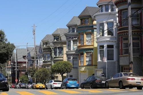 8. Архитектура в викторианском и эдвардском стилях (Сан-Франциско, штат Калифорния, США) Сан-Франциско славится не только своей холмистостью, но и домами в викторианском и эдвардском стилях. Спальные кварталы мегаполиса отличаются бесконечными рядами домов с эркерными окнами и всевозможными орнаментами. Все эти яркие и нарядные строения появились в Сан-Франциско в конце 19 века и в начале 20 века, и сегодня такой архитектурный стиль можно встретить практически по всему городу.