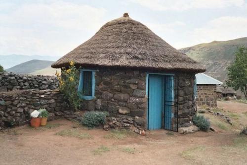 2. Рондавели или круглые дома (Королевство Лесото, Африка)На юге Африки находится одно уникальное государство, и узнать о нем вам стоит сразу по нескольким причинам. Во-первых, Королевство Лесото - один из немногих в мире анклавов, что значит, что вся его территория находится внутри другого государства. В случае Лесото это ЮАР. Во-вторых, Лесото - единственная в мире страна, вся территория которой находится выше 1400 метров над уровнем моря. В-третьих, здесь строят очень необычные жилища. Рондавели - это круглые однокомнатные дома, и местные жители предпочитают именно такую форму, потому что она идеально подходит для строительства из природных материалов, доступных в этом регионе. Как и иглу, рондавели первоначально использовались в качестве временного охотничьего приюта, но сегодня эти круглые дома строят и покупают для постоянного проживания те, для кого особенно важны экономия пространства и вложений.