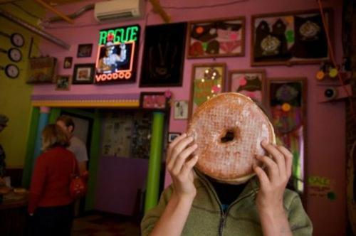Заведение «Вуду Пончик» (Voodoo Doughnut), Портленд (Portland): Акция на спор «Техасский Пончик» Блюдо «Техасский Пончик» представляет собой традиционный глазированный пончик, но не простой, а гигантский – он в шесть раз больше стандартного большого глазированного пончика и больше похож на торт. Если вы сможете скушать его за восемьдесят секунд, вам вернут за него деньги.