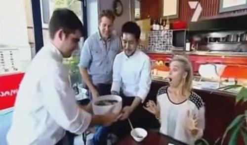 Японский ресторан Комачи: Лапша быстрого приготовления В японском ресторане в городе Сидней, Австралия, блюдо для акции на спор состоит из двух литров супа, порядка 900 граммов лапши быстрого приготовления и здоровой добавки из овощей и мяса. Ресторан заявляет, что за последние тринадцать лет лишь тридцать два человека из более шестиста, смогли доесть блюдо до конца.