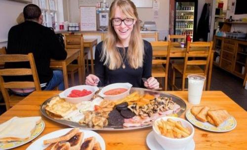 Ресторан «Corner Cafe», Великобритания: Монструозный Мега Завтрак Блюдо включает в себя шесть колбасок, шесть ломтиков бекона, четыре яйца, два омлета (по три яйца в каждом омлете), четыре куска кровянки, четыре драника, четыре порции грибов, два ковша фасоли, два ковша консервированных помидоров, одну миску чипсов, четыре куска тоста, четыре куска жареного хлеба, два ломтика хлеба с маслом и один молочный коктейль. Во всей порции содержится ни много, ни мало 7778 калорий.