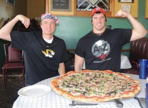 Пиццерия «Schiappa's», штат Иллинойс: Акция на спор «Пицца Шиаппа» Диаметр обычной большой пиццы составляет приблизительно 35 сантиметров. Акция на спор «Пицца Шиаппа» на двоих состоит из пиццы диаметром в 74 сантиметра, содержащей четыре топпинга. В среднем, каждый из двух человек должен скушать эквивалент целой большой пиццы с четырьмя топпингами за полчаса, чтобы блюдо стало бесплатным.