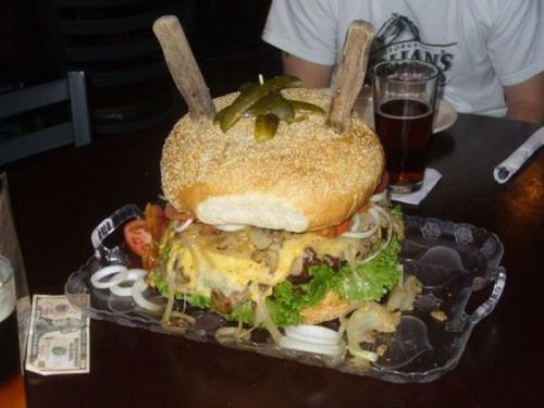 Заведение «Mallie's Sports Bar & Grill», штат Миннесота: Акция на спор «Монструозный Гамбургер» «Монструозный Гамбургер» из заведения «Mallie's Sports Bar & Grill» весит 4,5 килограмма . Чтобы вы могли себе представить его размер, умножьте обычный гамбургер на сорок и скушайте этот гамбургер за два часа.