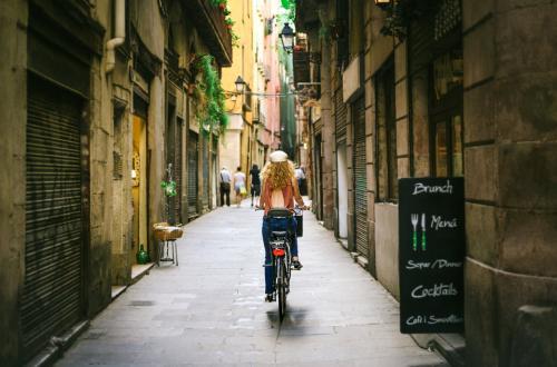 Барселона, ИспанияБарселона наполнена воистину незаурядной архитектурой.Если в других городах ради приобщения к искусству вам приходится посещать музеи, в Барселоне стоит только выйти на улицу, и на каждом углу вам встретятся знаменитые элегантные и необычные творения архитектуры.