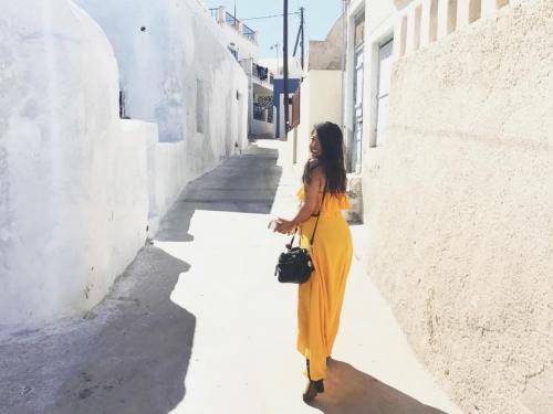 Санторини, ГрецияСанторини - самый большой из островов маленького архипелага.Церкви с голубыми куполами, белёные стены, и ослепительные океанские виды во множестве представлены на Санторини, где каждый уголок достоин попасть на открытку. Эта улица города Оиа воплощает в себе всё цветистое очарование романтического города, к которому она принадлежит.