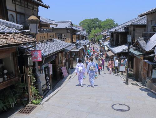 Киото, ЯпонияГейши на улице Ниендзака, Киото.Киото, бывшая столица Японии, знаменит пышными садами и обилием исторических храмов и святилищ. Один из наиболее сохранившихся районов - Хигасияма, здесь разрешено только пешеходное движение и расположено множество традиционных японских гостиниц