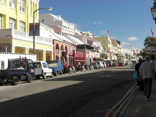 Гамильтон, БермудыГлавная улица Гамильтона.Бермуды - одно из самых дорогостоящих мест мира, но чего им недостаёт в доступности, то они с лихвой компенсируют стилем. Колониальные здания в пастельных тонах выстроились вдоль главной улицы вперемежку с ультрасовременными магазинами.