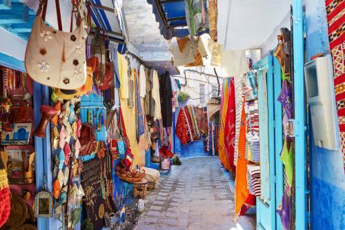 Марракеш, МароккоМарракеш - энергичный город, купающийся в многоцветье красок. Обнесённый стеной средневековый центр города Медина полон сувениров и ароматных угощений.