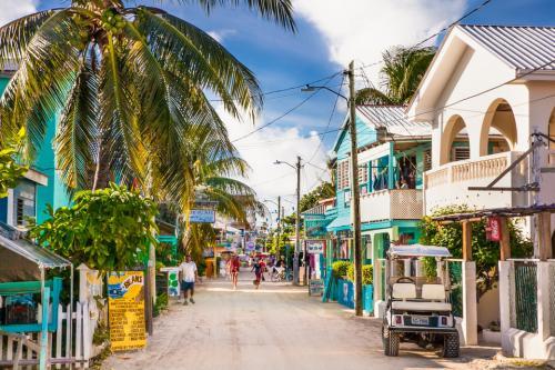 Белиз, Центральная АмерикаУлица Плайа-Асуньсьон.В Белизе полуразрушенные домишки то и дело соседствуют с благородными колониальными особняками. Взгляните на улицу Плайа-Асуньсьон на острове Кей Колкер.