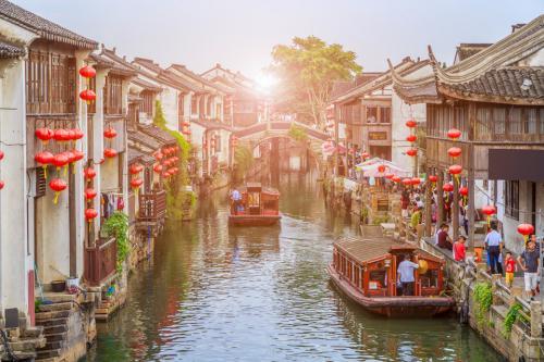 Сучжоу, КитайЛодки в Сучжоу - популярный вид транспорта.Романтический город Сучжоу расположен в юго-восточной части провинции Цзянсу в восточном Китае. Хотя он подвергся значительной модернизации, изначальная историческая красота сохранилась благодаря сочетанию гармоничных павильонов, садов, каналов и изящных пагод.