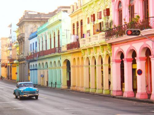 Гавана, КубаНа улицах Гаваны противоречивые элементы сплавляются в истинной гармонии. Пастель переплетается с яркими цветами, а винтажные автомобили скользят по гламурным улицам к купающимся в солнечных лучах пляжам, видавшим и конкистадоров, и знаменитых литераторов.