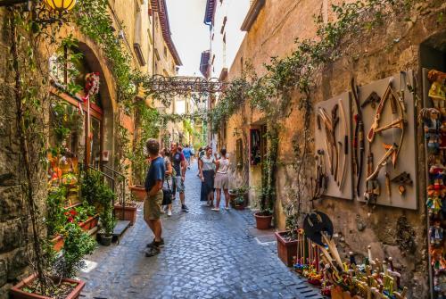 Умбрия, ИталияВ Умбрии найдётся сувенир для каждого.Умбрия, часто называемая зелёным сердцем Италии, расположена вдали от берегов и границ с другими странами. Одним приглянется её расположение на холме посреди пышных изумрудных лесов, другие по достоинству оценят деликатесные вина.