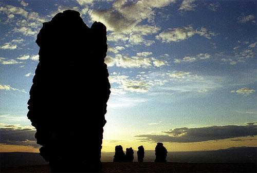 В прошлые времена манси и коми обожествляли грандиозные каменные изваяния, поклонялись им, но подниматься на Маньпупунёр было величайшим грехом.