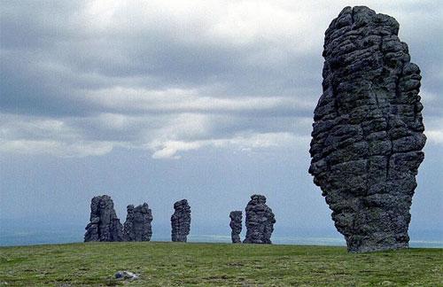О столбах имеется много легенд: одна из них говорит, что когда-то каменные столбы были семью великанами-самоедами, которые шли через горы в Сибирь уничтожить вогульский народ…