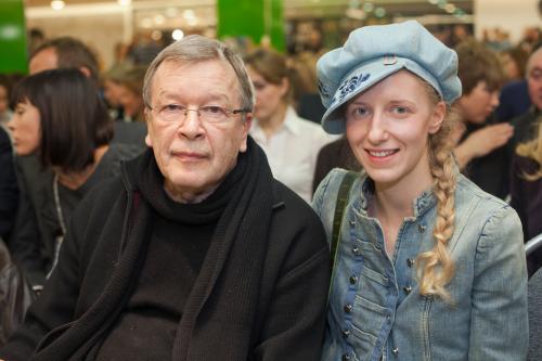 Со своей будущей молодой женой писатель Виктор Ерофеев познакомился на работе: девушка Катя трудилась в издательстве секретарем.