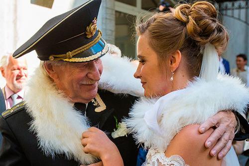 А это, пожалуй, самый нашумевший неравный брак последних лет. Актер театра и кино Иван Краско осенью 2015 года женился на своей студентке Наталье Шевель.