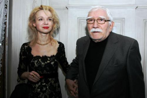 Избранницей именитого артиста и режиссера стала 36-летняя Виталина Цымбалюк-Романовская, директор театра под руководством Армена Джигарханяна.