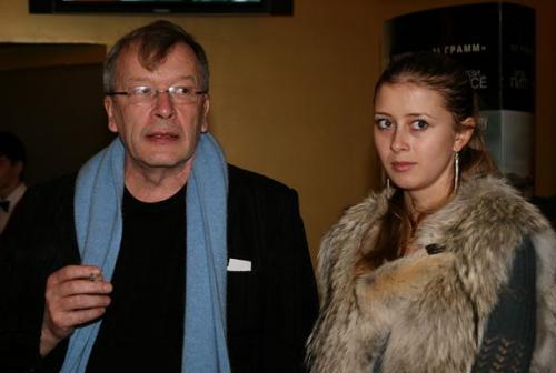 Три года отношения оставались на уровне «хороших знакомых», однако в 2010 году Ерофеев уходит от своей гражданской жены Евгении и начинает встречаться с молоденькой секретаршей. Кстати, экс-возлюбленная была младше писателя на 35 лет. Вот она.