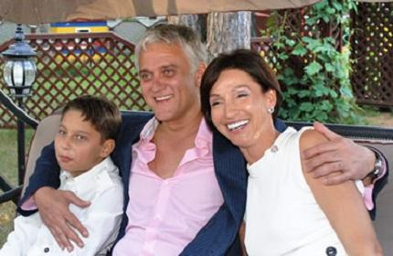 58-летний певец Александр Маршал вот уже много лет состоит в браке с Натальей Миньковой и даже воспитывает 18-летнего сына.