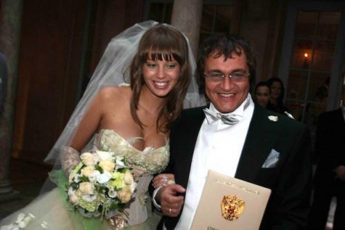 Три раза пытал счастье в браке телеведущий Дмитрий Дибров, однако все попытки заканчивались разрывом.Самым крепким оказался нынешний (четвертый по счету) союз с девушкой по имени Полина, заключенный в  2009 году. Тогда шоумену было 50, а его избраннице всего 20.