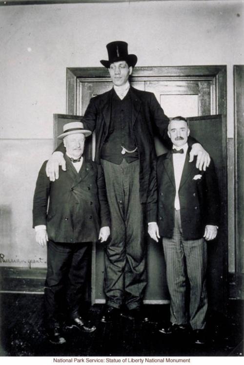 Федор Андреевич Махнов родился 6 (18-го по новому стилю) июня 1878 года в деревне Костюки Старосельской волости Витебского уезда. Родители Махнова, а также две сестры его отличались вполне нормальным ростом; дед его был очень высок, но, во всяком случае, не великан.
