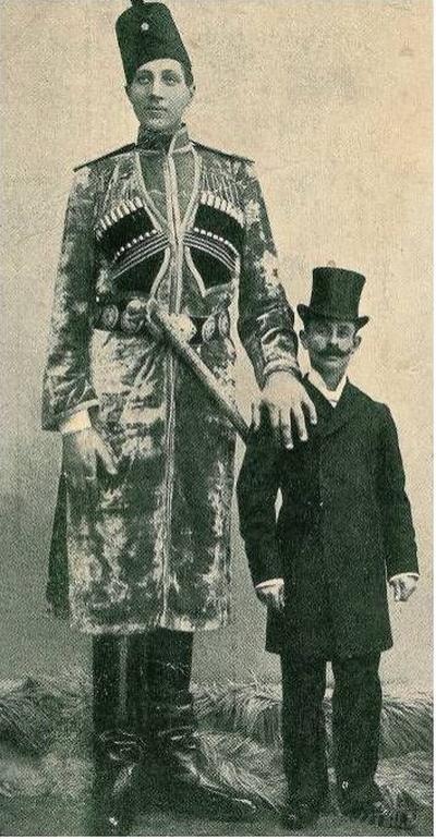 Но люди приходили в цирк посмотреть прежде всего на самого артиста – настоящего Гулливера. А рос он не по дням, а по часам. К 25 годам достиг 2 м 85 см.