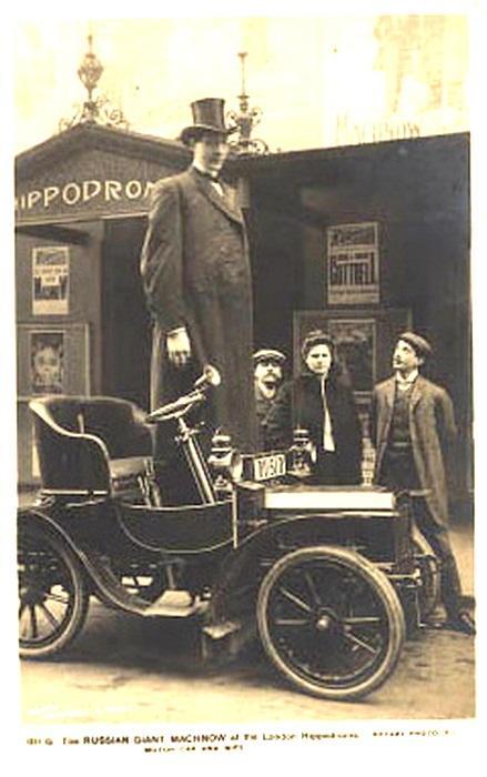 Одеть и обуть рослого парня было проблематично. Все изготавливалось по особому заказу. Деньги на одежду приходилось зарабатывать в Витебске на Полоцком базаре. Именно там необычного подростка заметил немец Отто Билиндер, владевший передвижным цирком.