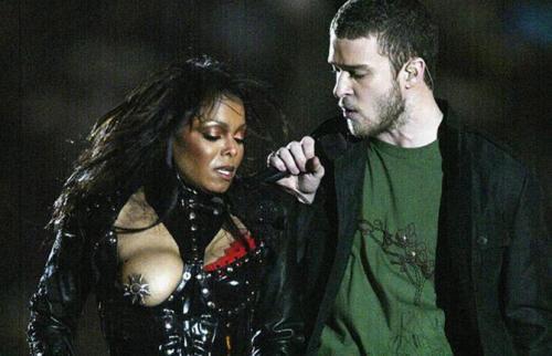 Выражение «непорядок в одежде» вошло в обиход после того, как у Джанет Джексон на концерте вывалилась грудь (случайно или так было запланировано – непонятно). Джастин, похоже, не возражал.