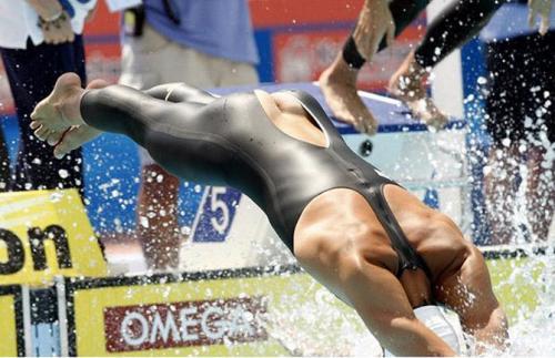 Рики Беренс из США порвал свой костюм, ныряя в бассейн на старте заплыва 4х100 м.