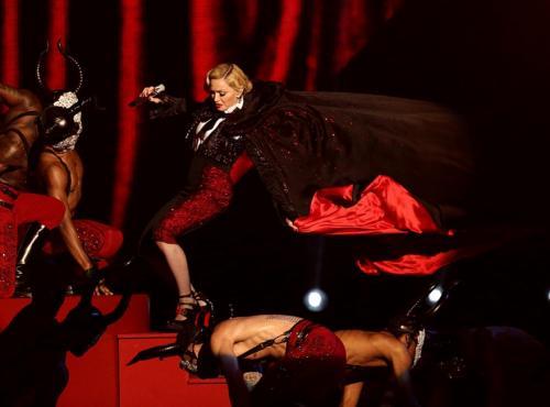 В феврале 2015-го на церемонии Brit Awards Мадонну чуть не задушили ее же танцоры. По сценарию они должны были снять с певицы плащ, но тот был так туго завязан, что звезда упала на сцену вниз головой.