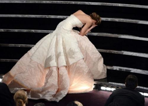 А все началось с в 2013 году на церемонии «Оскар», куда актриса пришла в белом платье из коллекции Dior Haute Couture.